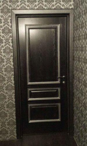 Дверь черная с патиной
