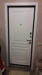 Входная дверь с белой внутренней панелью Турин эмаль