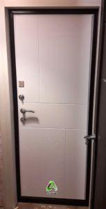 Дверь входная белая внутри